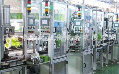 Varias líneas de producción de montaje de motores de automóviles